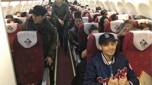 43歲林誌穎在飛機上被網友拍到,粉絲:真人和相片差距這麼大!