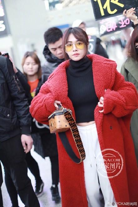 蔡依林心好累,太矮穿大衣拖地,露臍有啥用? 網友:機場阿姨笑了