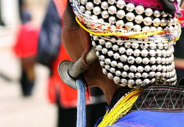 佤族女人香烟别在耳垂上耳洞不大不漂亮,直径8厘米的银锤挂起来